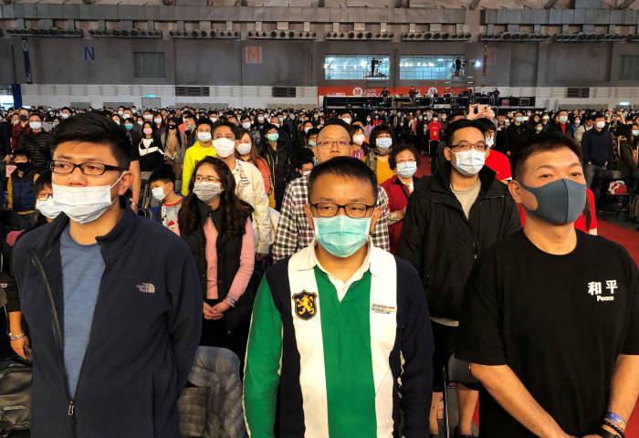 Pegawai Foxconn di Taipei yang sedang menggunakan masker