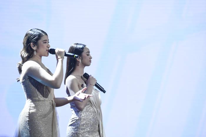 Grand Finalis Indonesian Idol Tiara (kiri) dan Lyodra tampil pada Result and Reunion Indonesian Idol di Jakarta, Senin (2/3/2020).