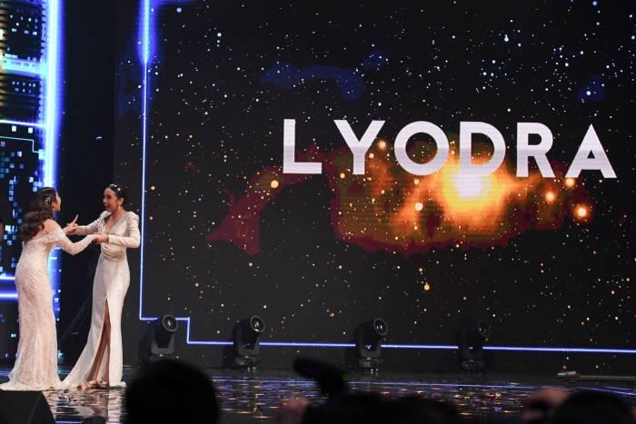 Grand finalis Indonesian Idol Lyodra (kanan) dan Tiara berpelukan saat pembacaan hasil voting pada Result and Reunion Show Indonesian Idol di Studio RCTI, Jakarta, Selasa (3/3/2020) dini hari. Lyodra menjadi juara pertama pada Indonesian Idol sesi ke-10.