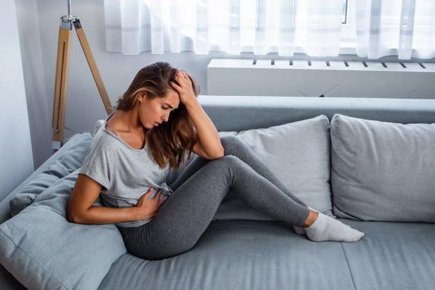 Ilustrasi wanita yang mengalami sakit perut