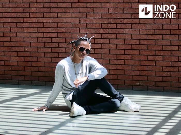 Wahyu Selow bergaya bak model saat bertandang ke Indozone, untuk promo single teranyar yang berjudul
