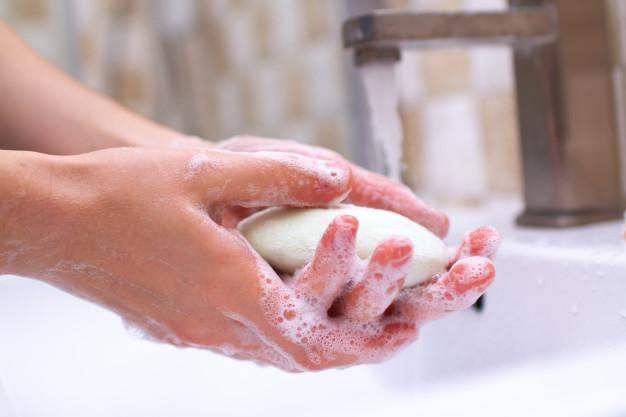 Ilustrasi mencuci tangan dengan menggunakan sabun