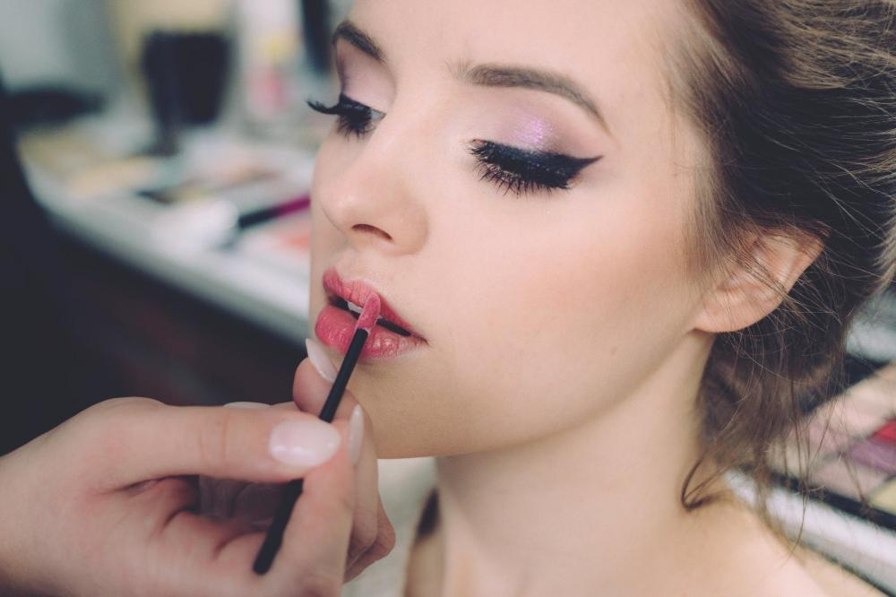 5 Cara Mengaplikasikan Makeup yang Aman dan Nyaman
