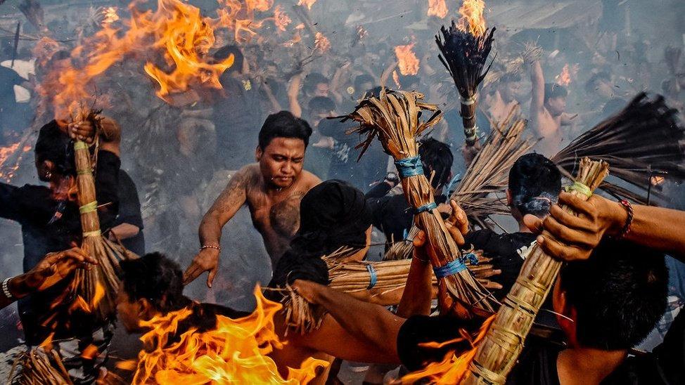 Tradisi unik Perang Api di Lombok saat Hari Raya Nyepi