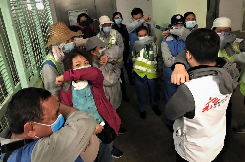 Ilustrasi penggunaan masker untuk menangkal virus corona