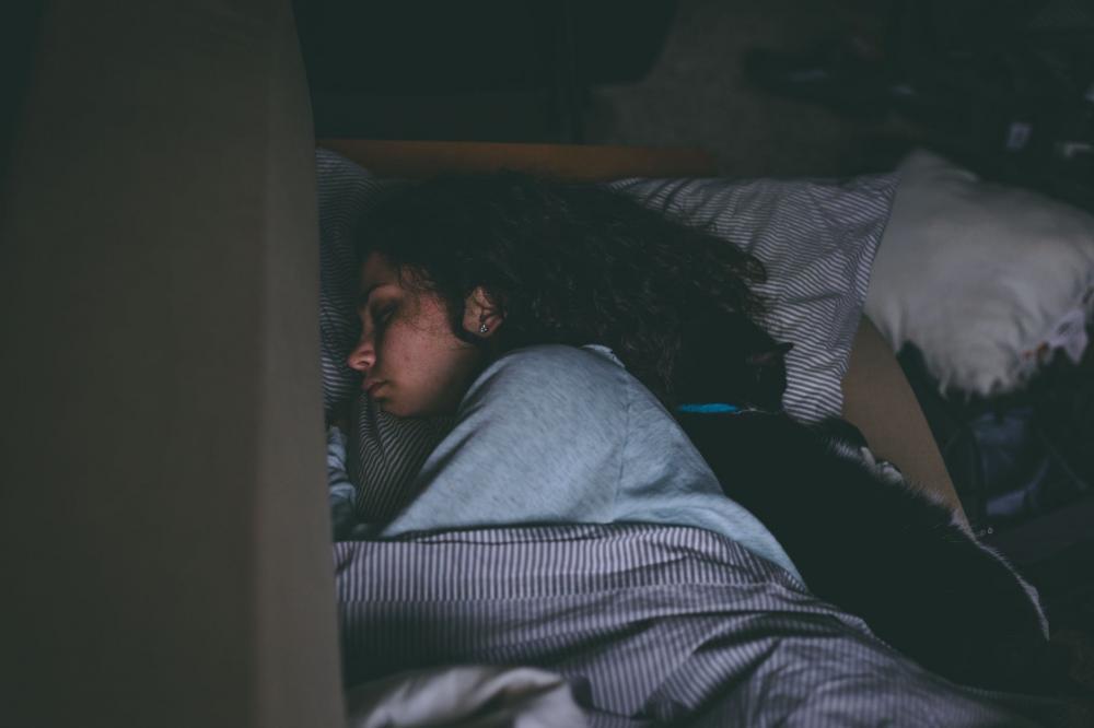 manfaat meditasi membuat tidur malam nyenyak