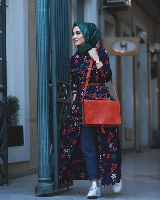 Fashion dengan hijab hijau botol