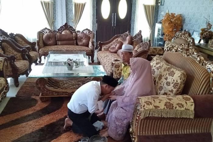 tradisi sungkeman di Indonesia saat Hari Raya Idul Fitri