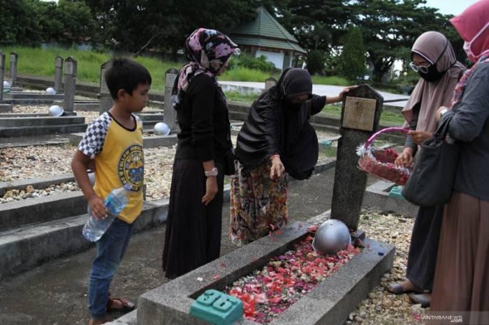 ziarah kubur tradisi Lebaran masyarakat Indonesia