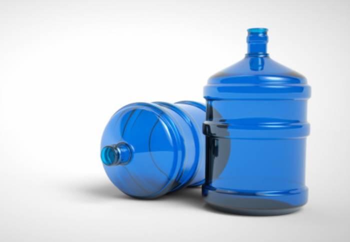 Ilustrasi meminum air galon.