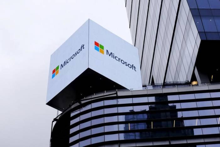 Logo perusahaan Microsoft di sebuah papan iklan