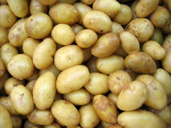 cara mengatasi kantung mata hitam dengan kentang