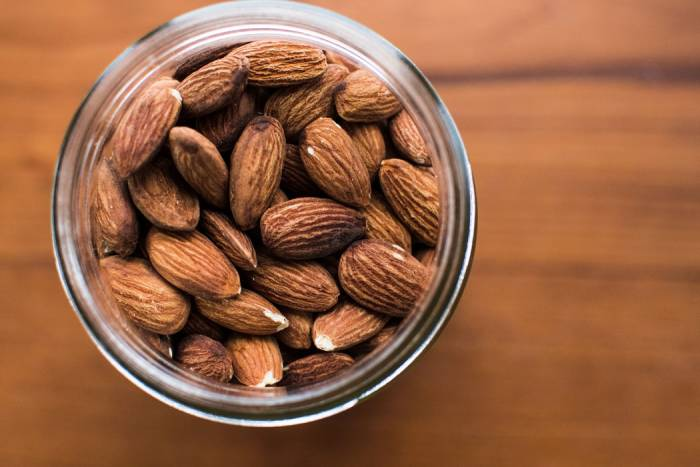 cara alami menghilangkan kantung mata dengan minyak kacang almond