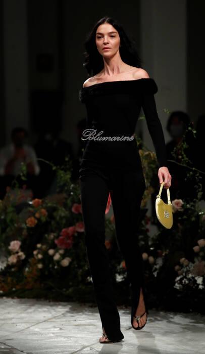Model Italia Mariacarla Boscono mempersembahkan kreasi dari Blumarine Spring / Summer 2021