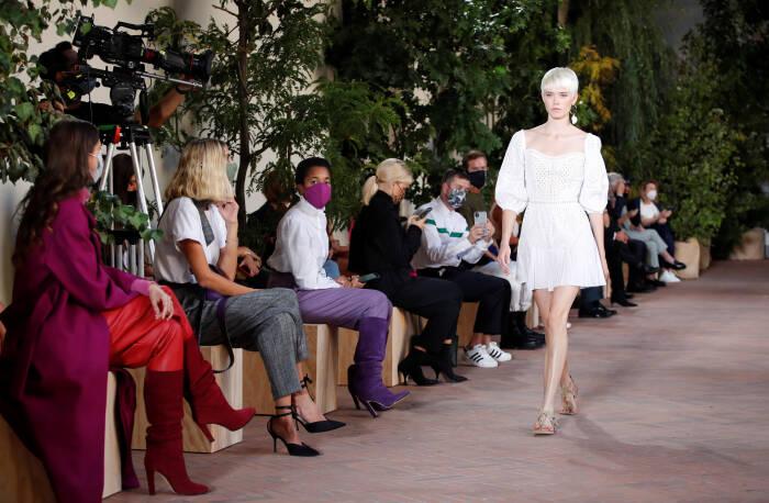 Seorang model mempersembahkan kreasi dari koleksi wanita Alberta Ferretti Spring / Summer 2021
