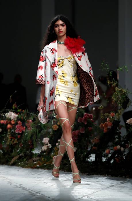 Seorang model mempersembahkan kreasi dari koleksi wanita Blumarine Spring / Summer 2021