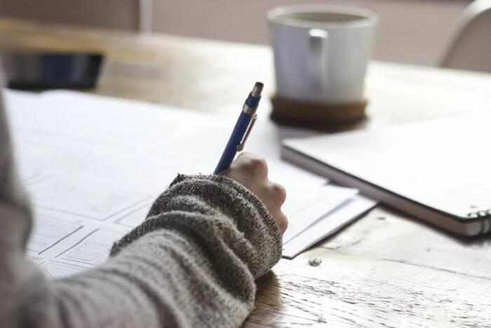 Ilustrasi menulis di atas kertas.