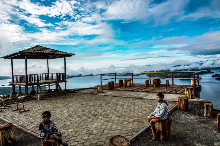 Dua orang pengunjung di puncak The Heaven Ifar Gunung, Kabupaten Jayapura, Papua, Sabtu (24/10/20).