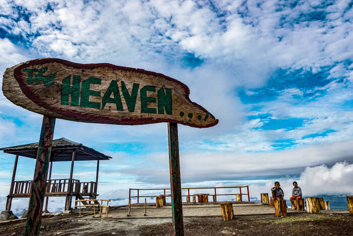 Dua orang pengunjung menikmati pemandangan di puncak The Heaven Ifar Gunung, Kabupaten Jayapura, Papua, Sabtu (24/10/20).