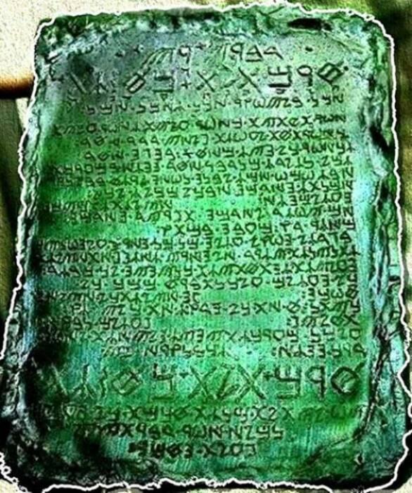 Sebuah rekonstruksi Tablet Zamrud yang diyakini terlihat.