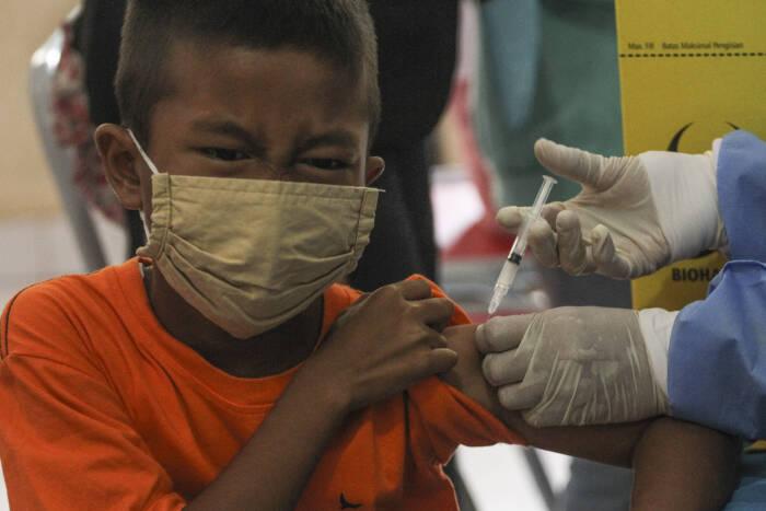 Petugas kesehatan menyuntikan vaksin Rubella kepada seorang siswa di SDN Pangkalan Jati 2