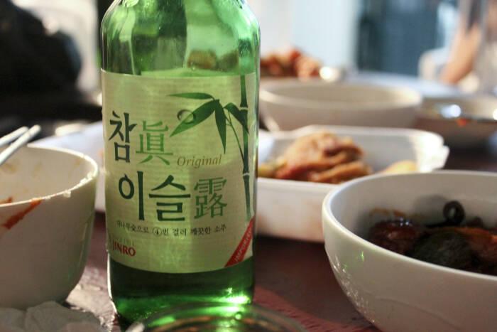 Ilustrasi soju dalam acara makan bersama.