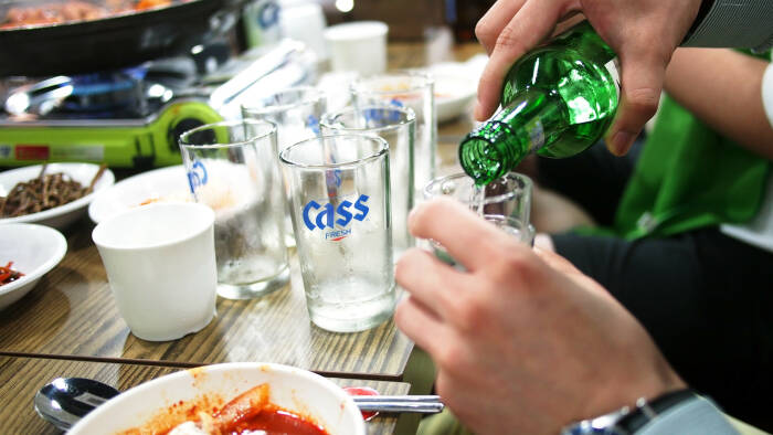 Ilustrasi tradisi minum soju di Korea.