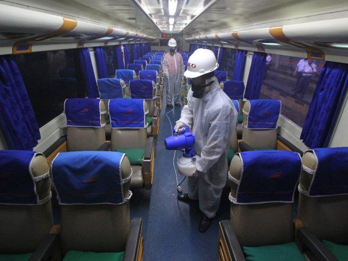 Cegah Korona PT KA Pariwisata Bagi-bagi Masker dan Hand Sanitizer