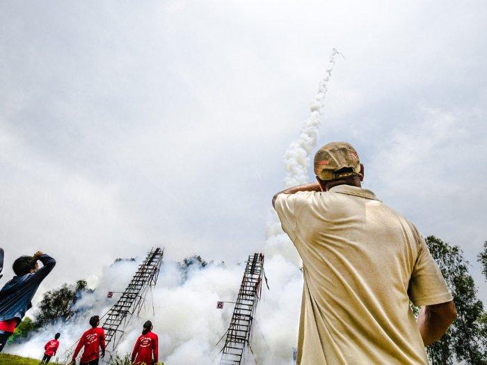 Festival Bun Bang Fai Menembakkan Roket Untuk Meminta Hujan pada Dewa