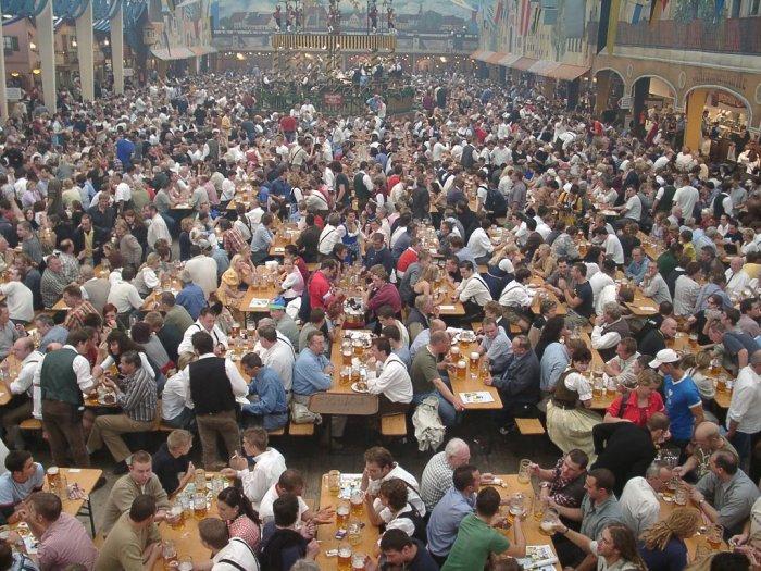 Oktoberfest Festival Minum Bir dalam Jumlah Besar di Jerman