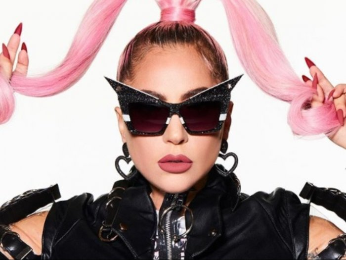Rilis Poster Album Terbaru Lady Gaga Tampil Nyetrik dengan Sepatu Setajam Pisau