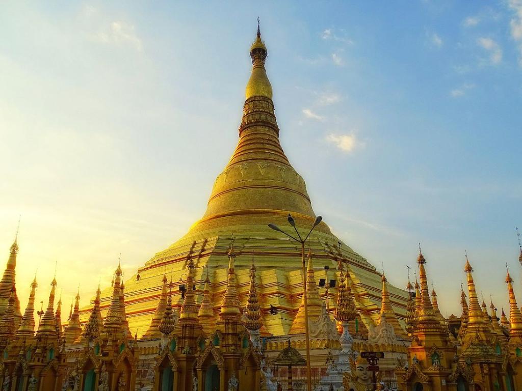 Shwedagon Pagoda yang Terbuat dari Puluhan Kilo Emas di Myanmar