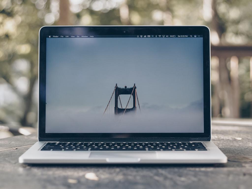 Apple Jangan Tutup Kamera di MacBook Sembarangan Bisa Merusak Layar