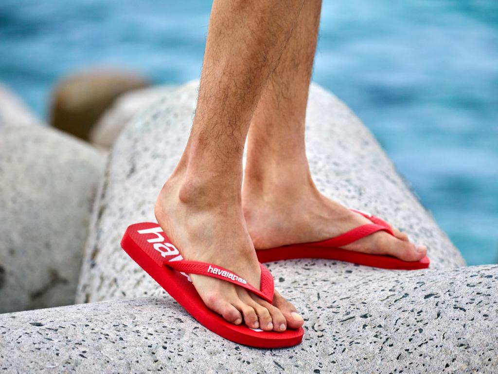 Pakai Sandal Desain Klasik Saat Aktivitas di New Normal Lebih Simpel Ketimbang Sepatu