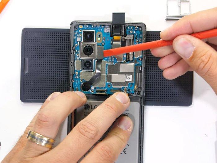 Melihat Komponen Bagian dalam Smartphone LG Wing dan Cara Kerja Engselnya