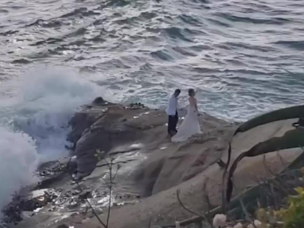 Pasangan Ini Hanyut Terbawa Ombak saat Lakukan Foto Prewed di Pantai