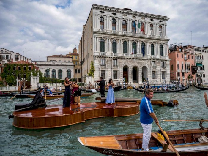 Venesia Mengadakan Pertunjukan Musik Mengapung di Kanal Menggunakan Biola Raksasa