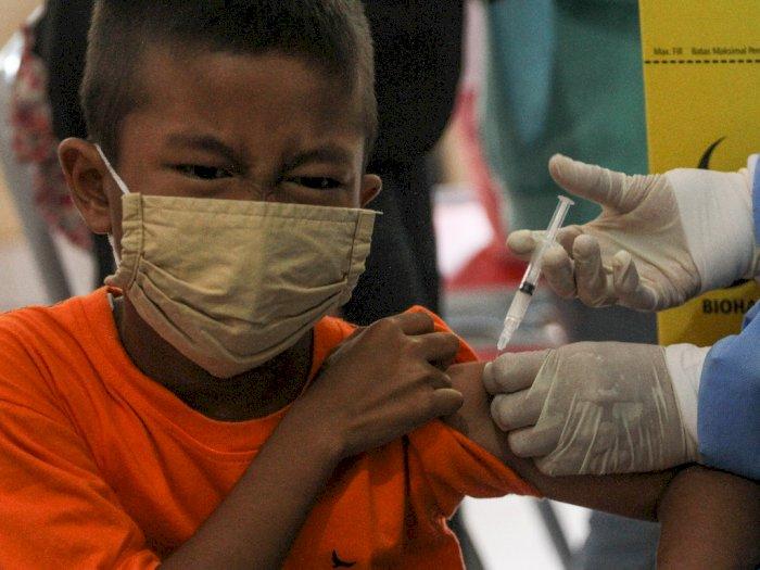 FOTO Pemberian Imunisasi Untuk Anak Sekolah di Depok