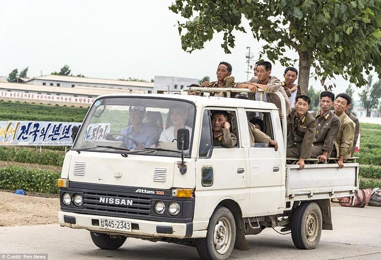 Kwikku, Para Tentara sedang naik Mobil Jadul