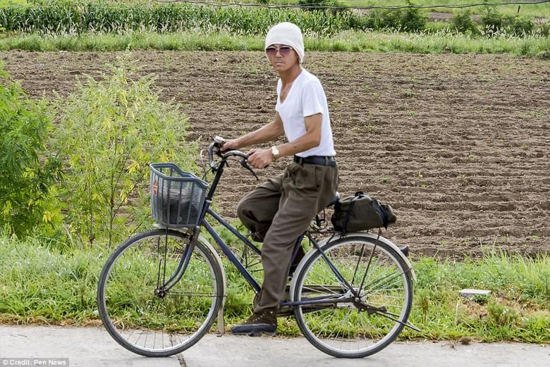 Kwikku, Tentara sedang naik Sepeda Tampak curiga ke Fotografer