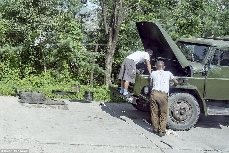 Kwikku, Tentara Korut sedang memperbaiki mobil