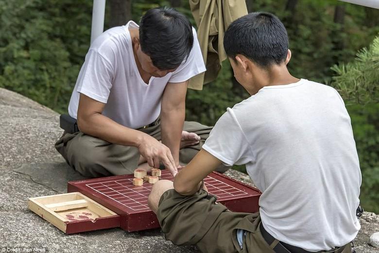 Kwikku, Sedang bermain permainan tradisional saat waktu luang