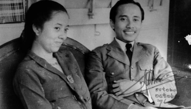 Kwikku, Layaknya pasangan muda kini Bung Tomo dan istrinya terlihat malumalu saat difoto