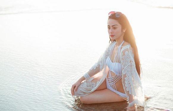 Kwikku, Sivi Kitty dengan Balutan Bikini Putih yang Lucu Abis