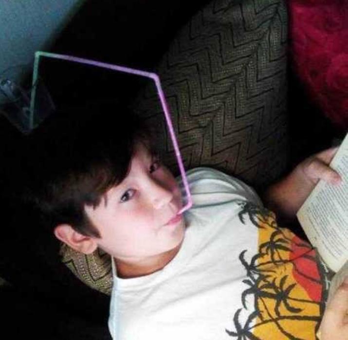 Kwikku, Saking asiknya baca buku anak ini nggak mau ribet pegang gelas minumnya