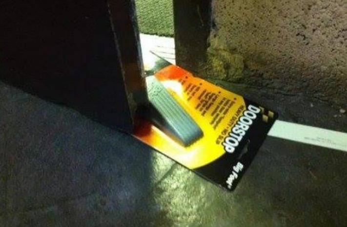 Kwikku, Sebenarnya ini memang pengganjal pintu orang ini saja yang malas buka bungkusnya