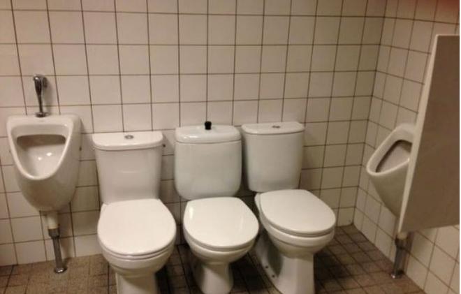 Kwikku, Mungkin toilet ini didesain untuk mereka yang mau ngerumpi sambil buang air