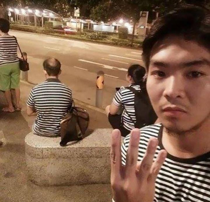 Kwikku, Secara nggak sangaja pria yang sedang selfie ini bertemu dengan  orang lainnya dengan kaos yang bermotif sama Menarik ya