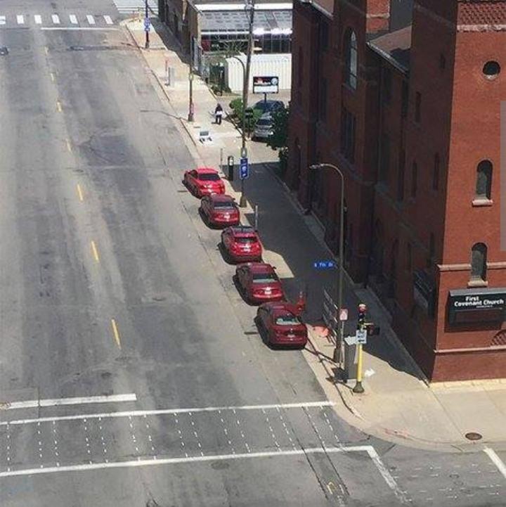 Kwikku, Secara nggak sengaja orang ini mengabadikan momen  mobil degan warna sama yang terparkir dipinggir jalan raya