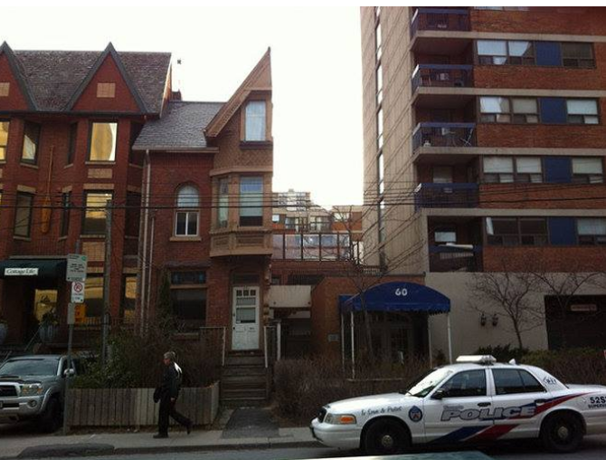 Kwikku, Bangunan setengah duplex ini ada do St Patrick Street Toronto Kanada Duplex merupakan rumah yang terbagi menjadi  apartemen yang terpisah